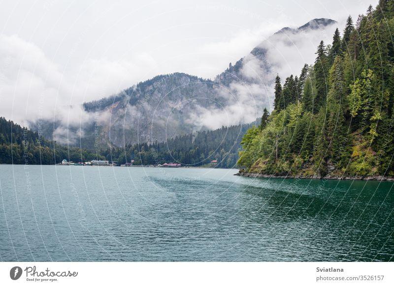 Blauer Ritsa-See in Abchasien. Wunderschöne Landschaft im Freien Ansicht Park Gipfel Teich malerisch Sommer Tourismus reisen Baum Felsen Natur Wasser