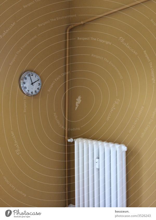 kurz vor zwei. Heizung Heizungsrohr Energie Farbfoto Menschenleer Heizkörper Innenaufnahme Wand Textfreiraum oben Häusliches Leben Energiewirtschaft Wärme Uhr