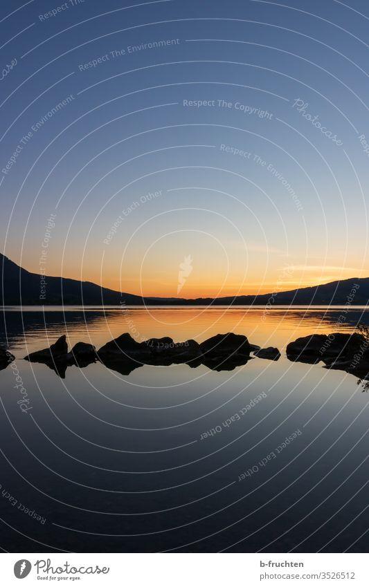 Abenddämmerung am See abend Abendlicht Steine ruhig Ruhe Mondsee Entspannung Meditation Schatten Stimmung Abendstimmung Sonnenuntergang Himmel Natur