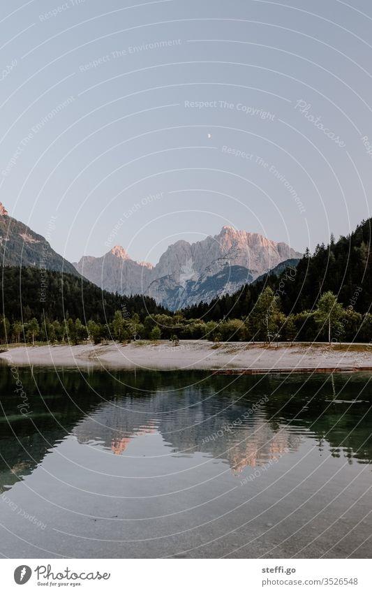 See mit Bergpanorma und Spiegelung in Slowenien Triglav Nationalpark Spiegelung im Wasser Bergsee Panorama (Aussicht) panorama Abend Abenddämmerung Mondschein