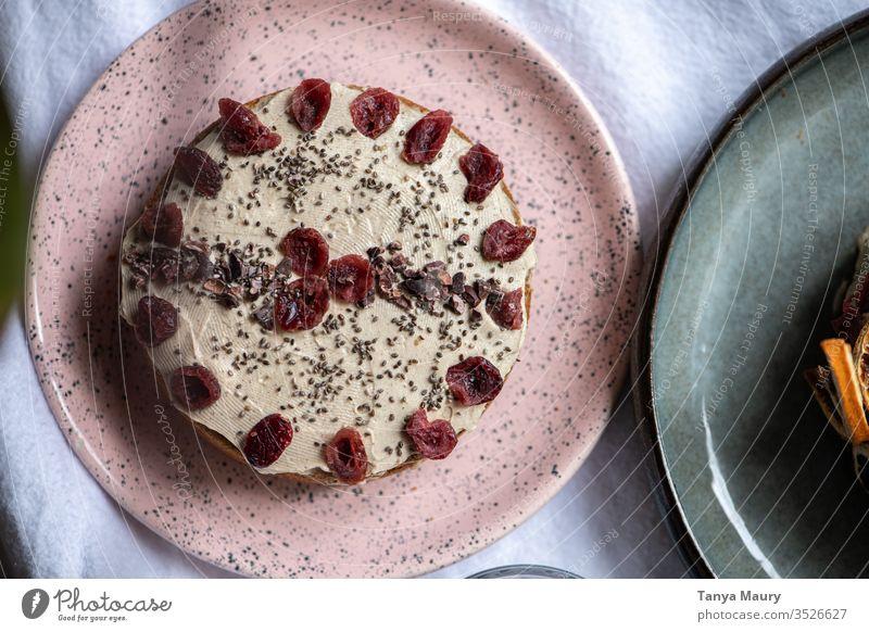 Veganer Kürbiskuchen mit einer milchfreien Glasur Lebensmittel Kuchen Dessert Ernährung Foodfotografie Vegane Ernährung Tisch Bäckerei Vegetarische Ernährung