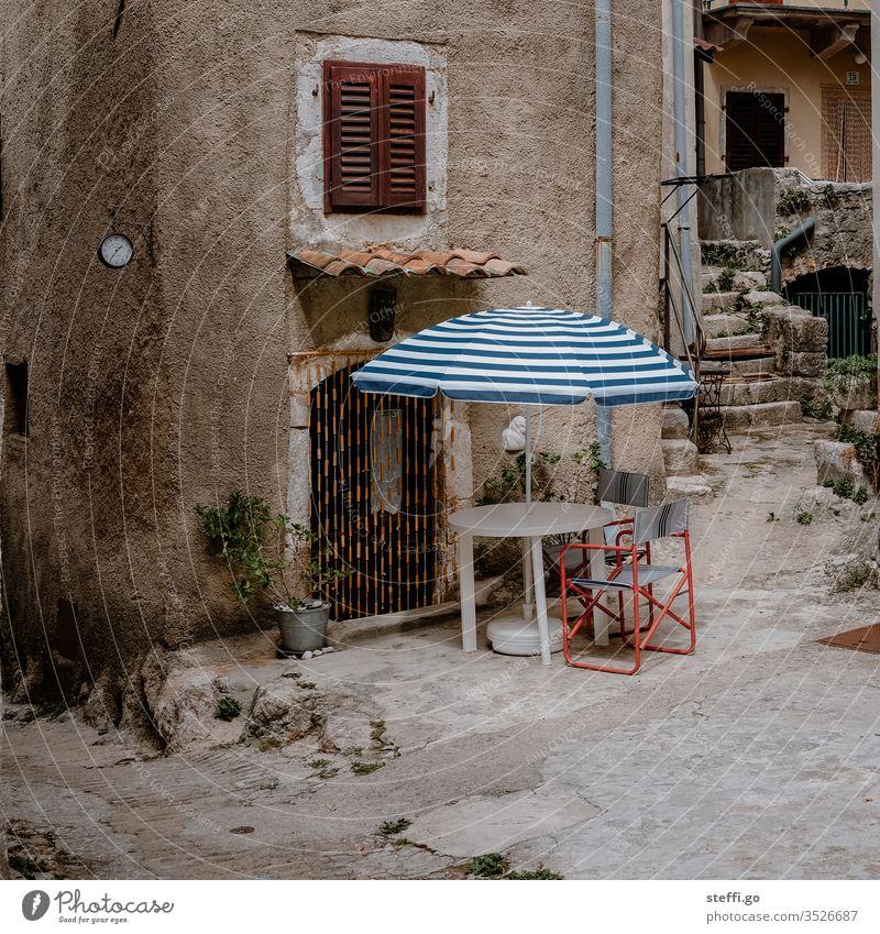 Hinterhof vor Steinhaus mit Sonnenschirm und Stühlen Kroatien Europa Sommer Sommerurlaub Hinterhaus hinterhofidylle Camping Campingstuhl Pause Mittagspause