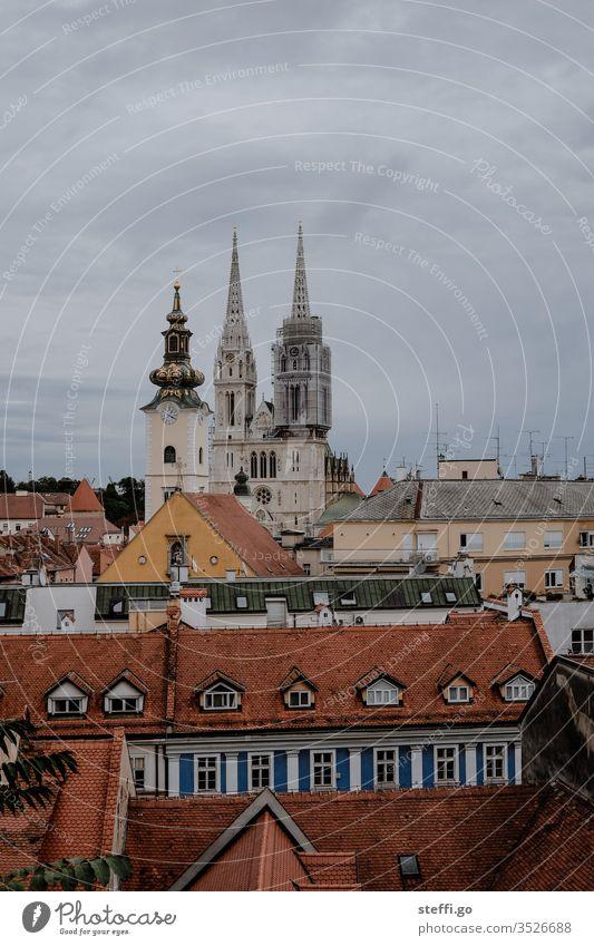 Altstadt von Zagreb Kroatien altes Stadthaus Kathedrale Kirche Hinterhof Stadtzentrum Stadtbild Hauptstadt Dach Altbau Überblick erbaut Architektur Bauwerk
