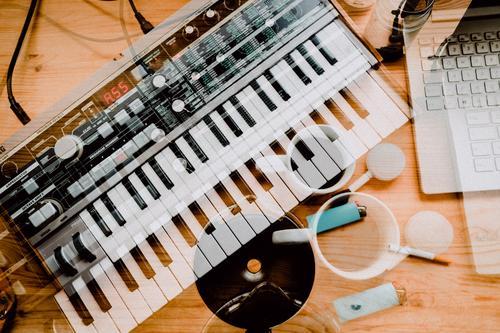 Zeit für Kreativität mit Kaffee und einem Synthesizer Technik & Technologie Elektrisches Gerät Computer Tastatur Kaffeetrinken Kaffeepause kreativ