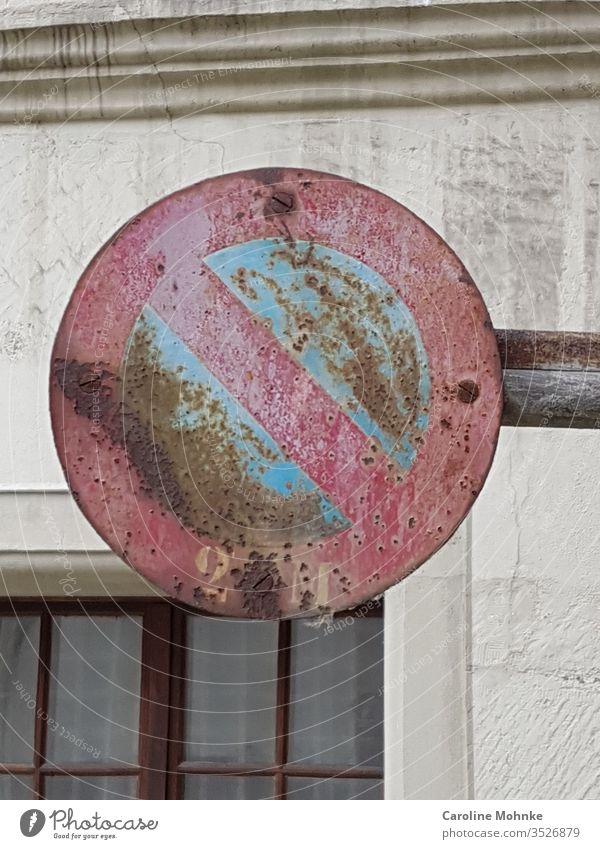 Verwittertes Durchgangsverbot Durchgang verboten verbotsschild Verbote Schilder & Markierungen Hinweisschild Außenaufnahme Warnschild Zentralperspektive Mauer