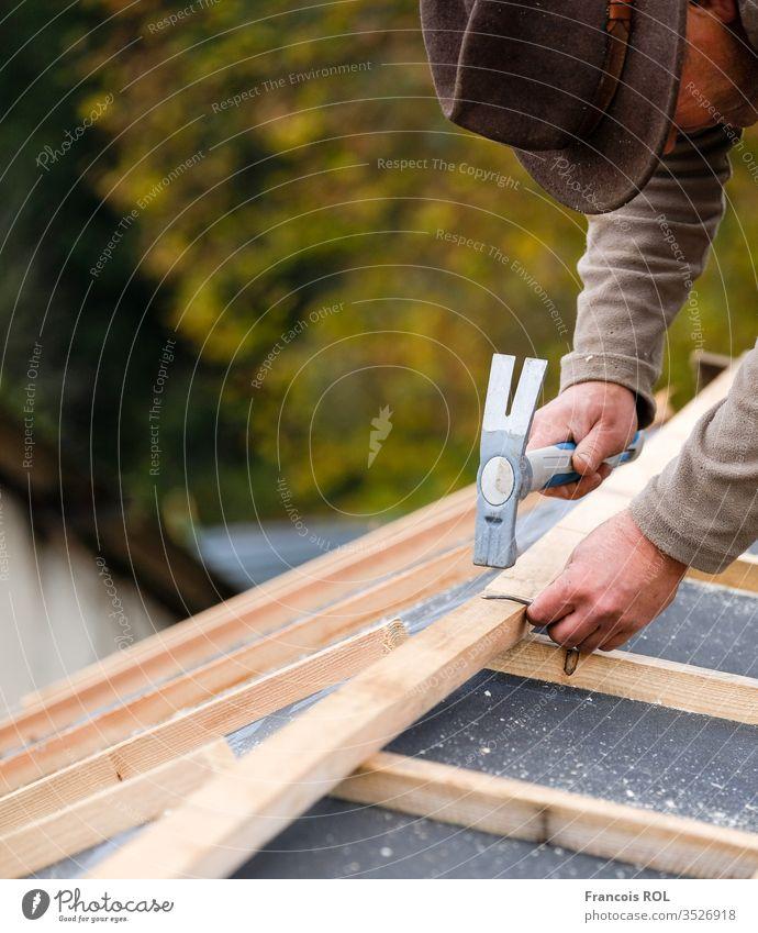 Bauarbeiter auf einem Renovierungsdach, das mit Hammer, Kran und Schleifmaschine mit Ziegeln gedeckt wird Kunstgewerbler Bauherr erbaut Zimmerer Schornstein