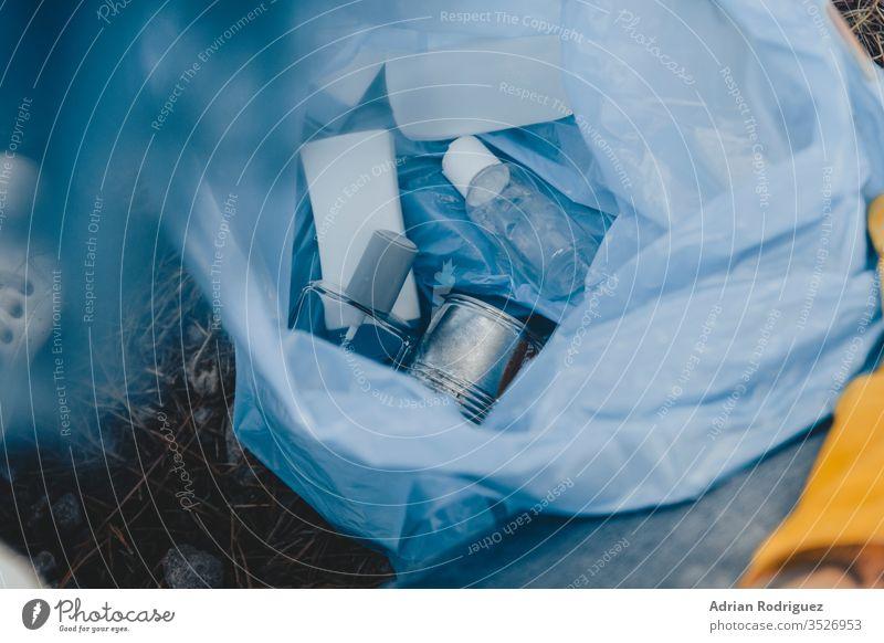 Hochwinkelaufnahme eines Plastikmüllsacks mit wiederverwertbaren Flaschen - Konzept zur Umweltverschmutzung Verschmutzung Müll Tasche Abfall Kunststoff Ökologie