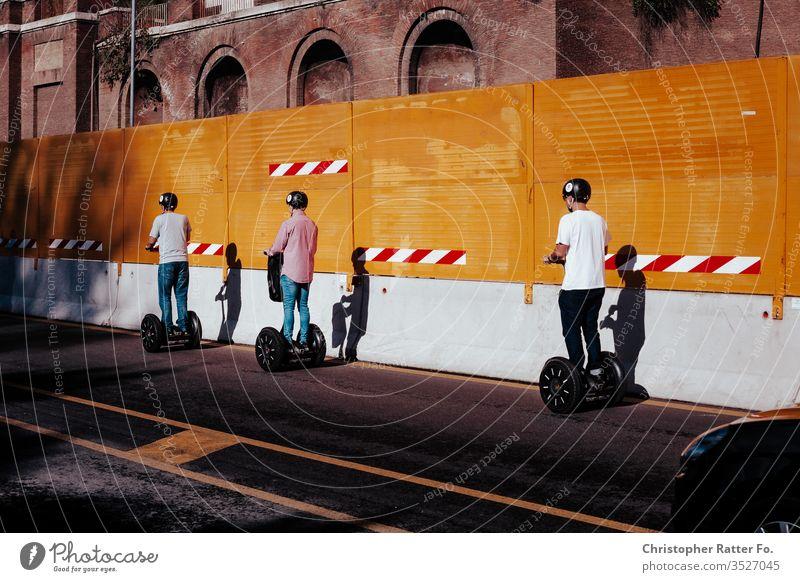 Drei Scooter-Fahrer fahren durch Rom Reise Italien Tourismus Ferien & Urlaub & Reisen Außenaufnahme Gelassenheit Ausflugsziel Reisefotografie Süden Farbfoto