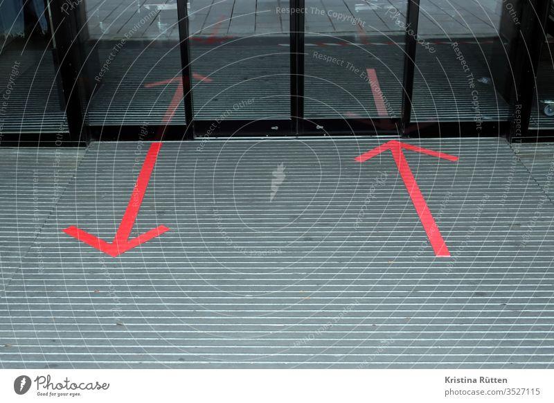 eingang ausgang pfeile markierung markierungen klebeband boden rein raus rechts links laufrichtung einteilen markieren aufteilen wegweiser wegweisend tür
