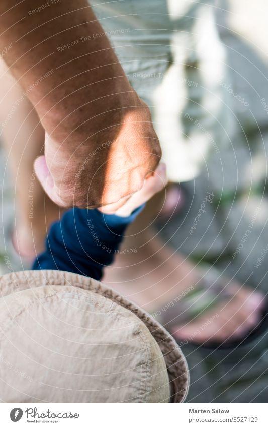 Vater und Sohn halten Händchen Tochter Mutter Papi Papa Mama Hände Beteiligung Leben Kindheit Baby Liebe Hilfsbereitschaft Pflege klein Mann Familie Hand Kinder