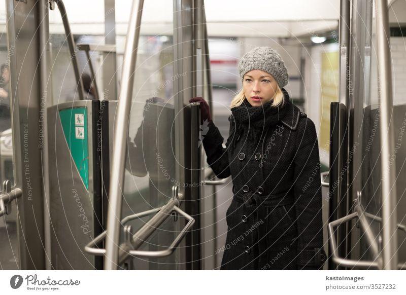 Frau in der U-Bahn. Verkehr Öffentlich Transport unterirdisch Zug urban jung reisen täglich Routine Fahrkarte Pass Ausfahrt Eingang Person Großstadt Passagier
