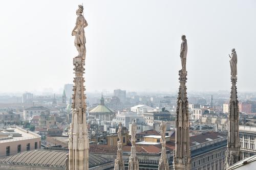 Statuen der Kuppel, die an einem sonnigen Tag über das Stadtbild von Mailand, Italien, blicken Kathedrale Großstadt Architektur Antenne panoramisch Ansicht