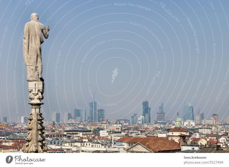 Statue der Kuppel, die an einem sonnigen Tag über das moderne Stadtbild von Mailand, Italien, blickt Kathedrale Großstadt Architektur Antenne panoramisch