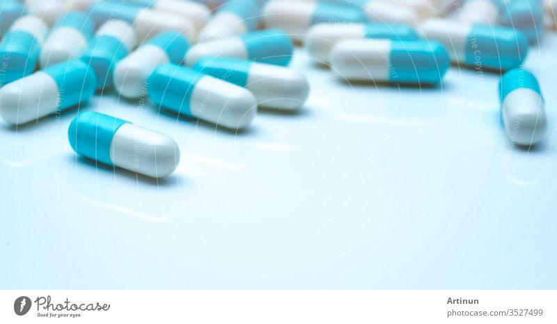 Selektiver Fokus auf blau-weiße Kapselpillen. Kapselpillensperad auf weißem Hintergrund. Pharmazeutische Industrie. Pharmazeutische Industrie. Konzept Gesundheit und Medizin. Pharmazeutische Produkte. Medikamente im Krankenhaus.