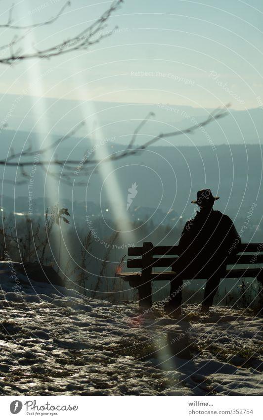 Wanderer ruht sich auf einer Bank aus und schaut auf die Berge ausruhen Berge u. Gebirge Ausflug Ferne Freiheit Mann Landschaft Erzgebirge Erholung genießen