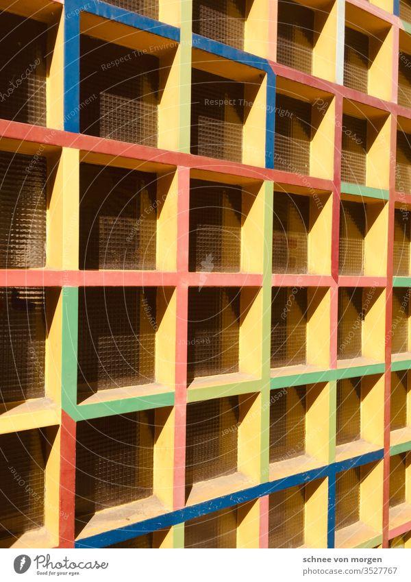 Querverweise von moderner Architektur in den 60er oder 70iger Jahren 70er gelb grün blau rot stein wand fenster hell fassade mauer Beton Gebäude Haus