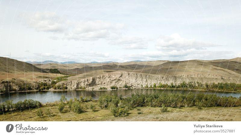Wunderschöne Landschaft russischer Natur . Die Luftaufnahme der Berge und Felsen, des Flusses Jenisej in Sibirien, Tywa (Tuwa). russischer Fluss Luftbild