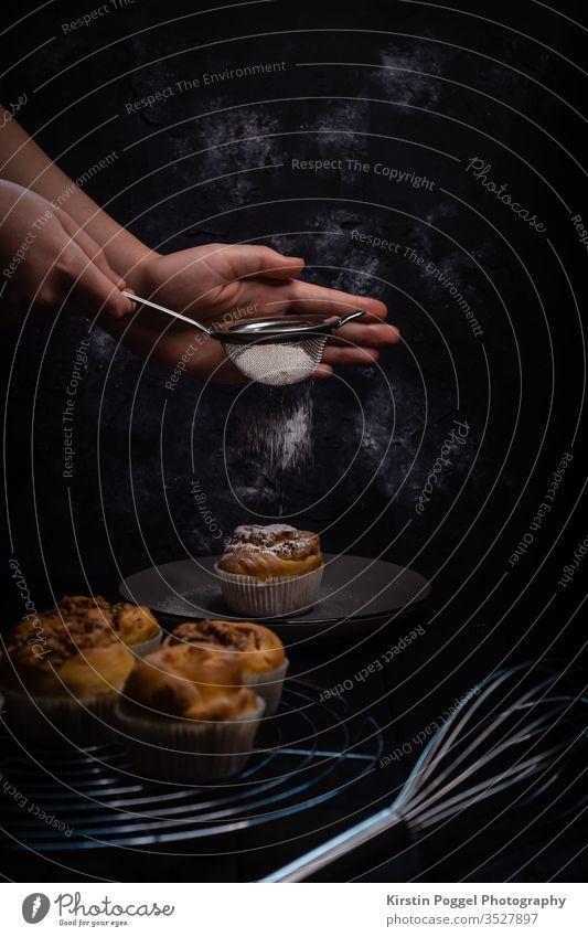 Puderzucker auf Zimtmuffin Zimtschnecke puderzucker backen backwerk Lebensmittel süß Backwaren Kuchen Dessert kaffeetrinken