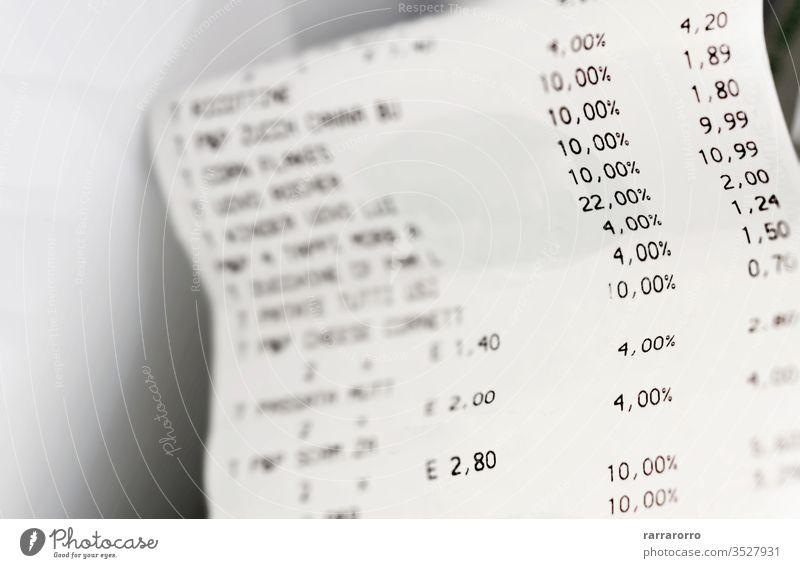 eine Quittung in Papierform mit der Liste der Wirtschaftsfragen. Betriebs- und Volkswirtschaft. Papierbeleg Finanzen Nummer rollen Familie Haushaltsplan Prozent