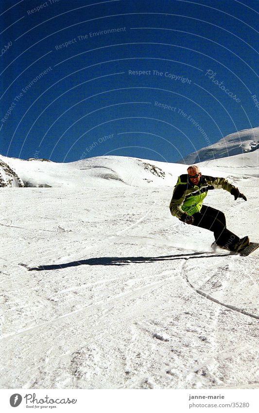 Berni im Schnee schön Sonne Berge u. Gebirge Schnee Sport Körperhaltung Wolkenloser Himmel Kurve abwärts Blauer Himmel Berghang Schwung Snowboard Winterurlaub Funsport Kurvenlage
