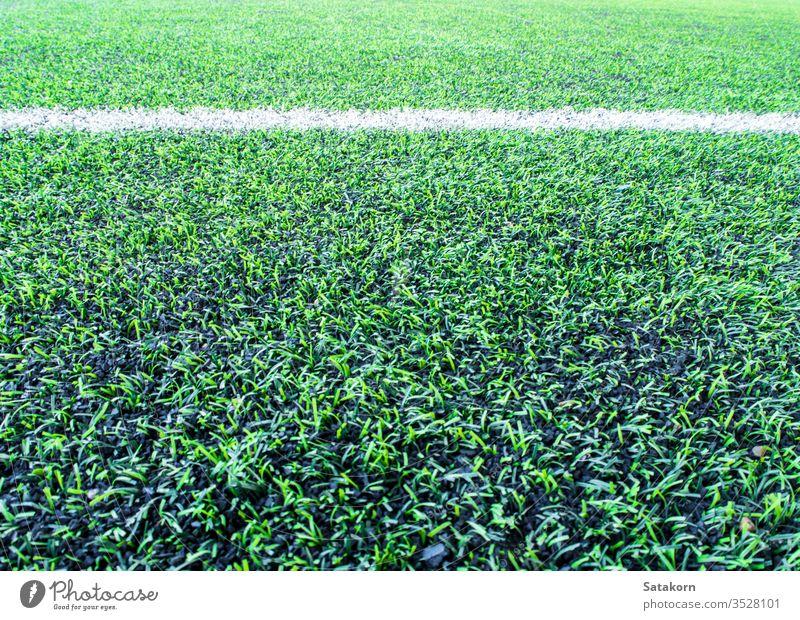 Textur des Kunststoff-Kunstrasens und der Gummikügelchen auf dem Schulhof künstlich Rasen Hintergrund Gras grün Oberfläche Pellet Deckung Farbe Muster schwarz