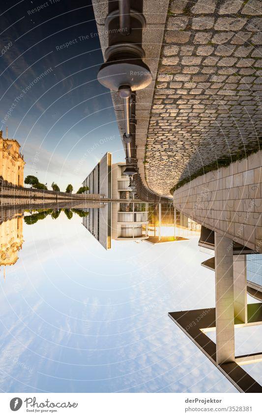Die Welt steht still und auf dem Kopf im Regierungsviertel in Berlin Totale Zentralperspektive Starke Tiefenschärfe Sonnenstrahlen Sonnenlicht