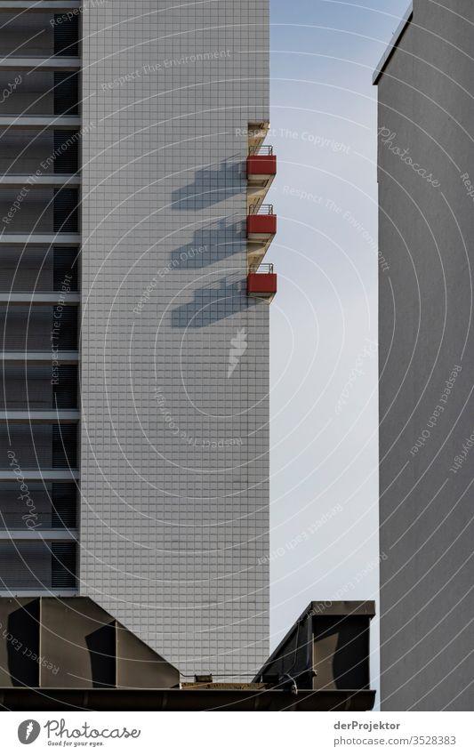 Drei Balkone werfen Schatten in Berlin trist Textfreiraum unten Textfreiraum links mehrfarbig immobilie hauskauf Immobilienmarkt Ferien & Urlaub & Reisen