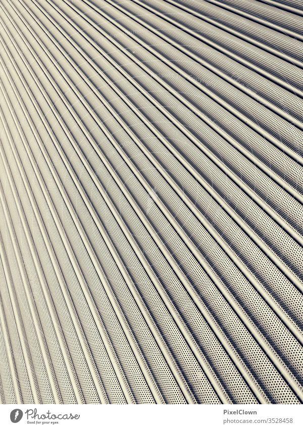 horizontale Streifen eines Lamellentores Garage Parkhaus Architektur Rolltor Aluminium aufbringen abstrakt dunkel Stadt