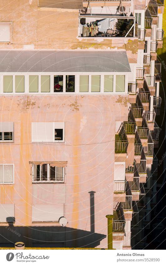AUF BALKONEN HÄNGENDE KLEIDUNG Architektur Kleidung Balkone erhängen orange Bekleidung Himmel rot Seil trocknen blau weiß Klammer Wäscherei Fenster