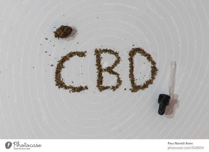 CBD-Briefe mit Marihuana cbd medizinisch Cannabis Kraut Unkraut Medikament Blume Blatt natürlich auf Weiß Overhead weißer Hintergrund Abwurfzähler Knospen