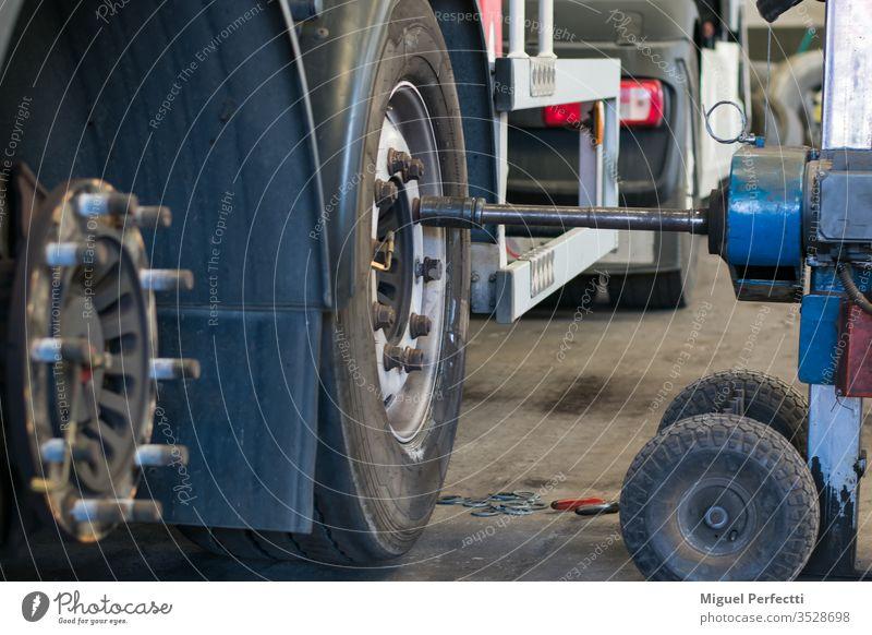 Rad-Reparaturwerkstatt Achse Muffe Maschine Lastwagen manuell Scheibe Besichtigung pneumatisch Sicherheit Unterstützung Handwerker Werkzeug Nahaufnahme Arbeit