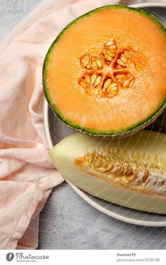Frische Sortimentsmelone mit Minze auf Grau Frucht Melonen Sommer frisch Diät Lebensmittel Gesundheit süß kalt grün Hintergrund reif Vitamin Ernährung gelb