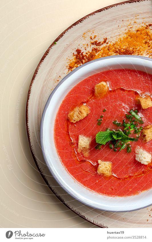 Hausgemachte Tomatensuppe mit Brot, Minze und Olivenöl Suppe Lebensmittel Schalen & Schüsseln Gesundheit Mittagessen Abendessen Mahlzeit Vegetarier Gemüse