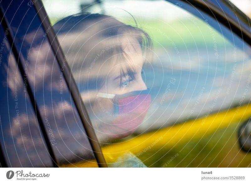 Mädchen mit Mundschutz wartet im Auto Maske nachdenklich Atemschutzmaske Pkw Schutzmaske Stadt Jugendliche warten Virus Coronavirus besorgt Viren Pandemie