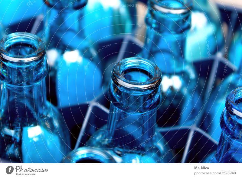 Leergut Flaschenhals blau durchsichtig Glas Blauton Behälter u. Gefäße Glasflasche mehrere Küche Mineralwasser wasserkasten leergut Getränk Erfrischungsgetränk