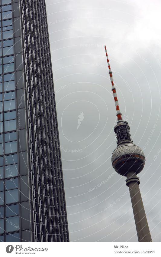 Spargelzeit Berlin Berliner Fernsehturm Berlin-Mitte Hochhaus Hochhausfassade Skyline Antenne Großstadt Wahrzeichen Hauptstadt Himmel Stadtzentrum Architektur