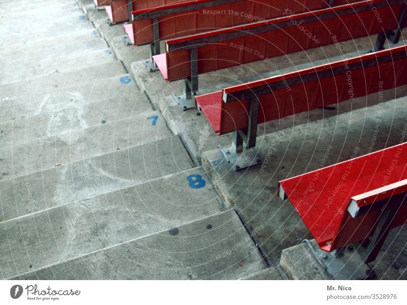 Reihe 8 Tribüne Stadion Sportstätten Sportveranstaltung Freizeit & Hobby Publikum sitzen nebeneinander Platz reserviert Sitzgelegenheit rot hinsetzen leer Arena
