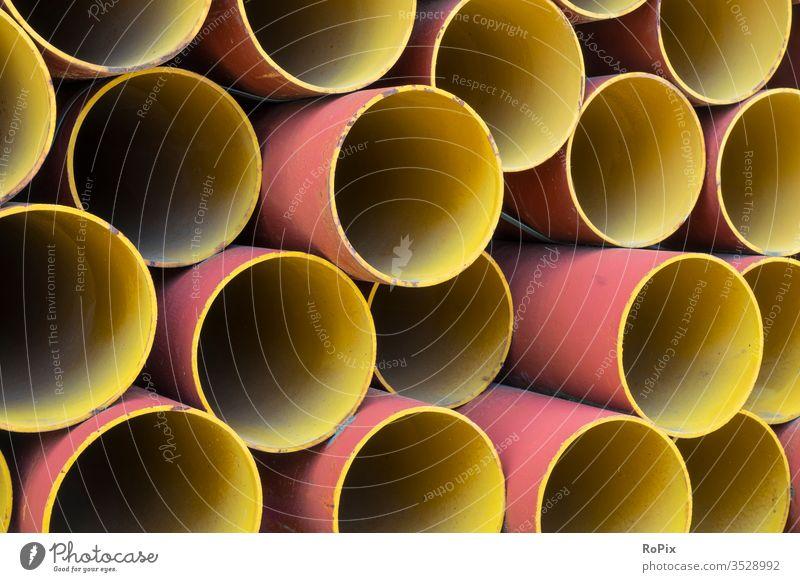 Stapel bunt lackierter Stahlrohre. Wasser Wasserrohr aqua Schlauch Hose Ventil bunt gemischt Kunststoff Gummi verstärkt Technik Prozesswasser Fabrik Unternehmen