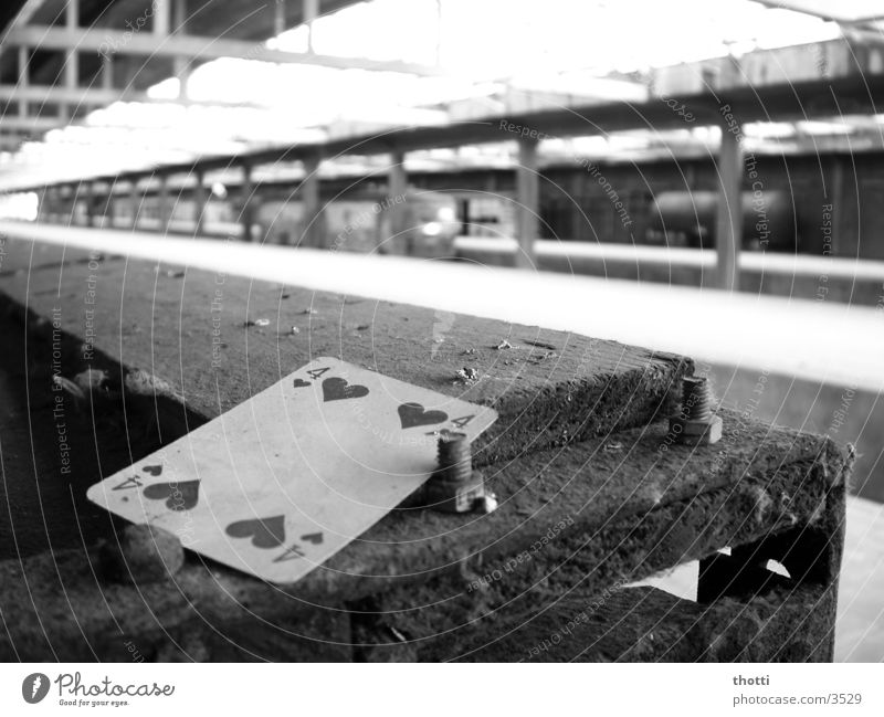 Herz 4 alt Herz dreckig 4 Verfall Bahnhof Kiste Schraube Spielkarte Fototechnik Kartenspiel Skat