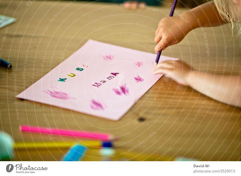 Kind malt mit Bundstiften ein Bild für Mama malen Buntstifte bunt Geschenk Muttertagsgeschenk Kindheit Kinderzimmer Überraschung Liebe Kleinkind Freude klein