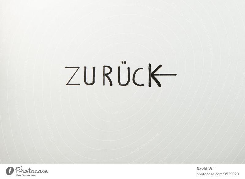zurück - Pfeil zeigt nach links wort Zeichen Schriftzeichen Textfreiraum unten Textfreiraum oben Hintergrund neutral ausdruck Freisteller Kommunizieren