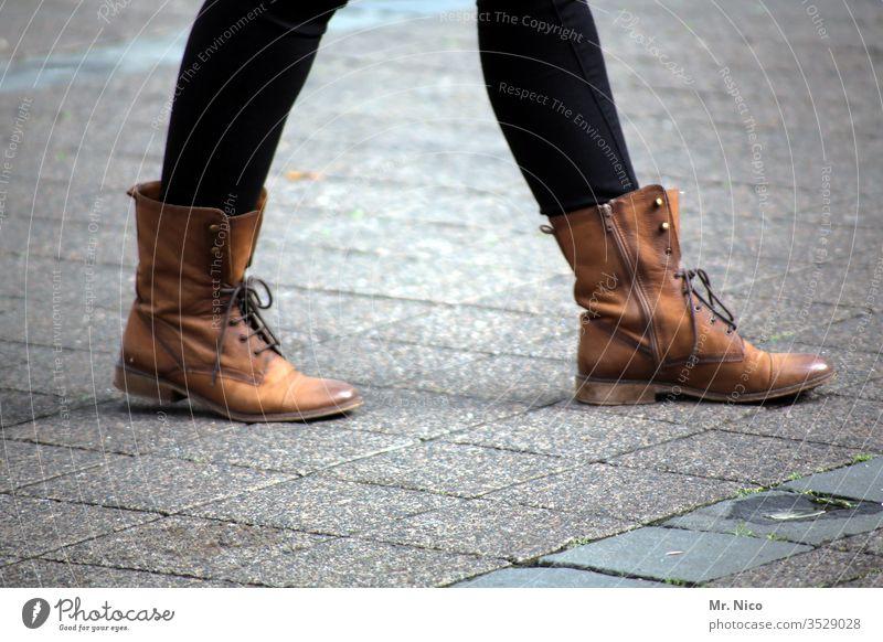 Unterwegs in der Stadt gehen Damenschuhe Frau Beine Schuhe Straße Lederschuhe Stiefel braun feminin Lifestyle geschnürt Schnürsenkel Reißverschluss
