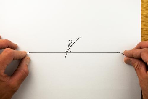 Hilfestellung - Strichmännchen als Seiltänzer balanciert über ein von zwei Händen gespanntes Drahtseil hilfestellung Mutprobe Akrobatik Kreativität Idee mutig