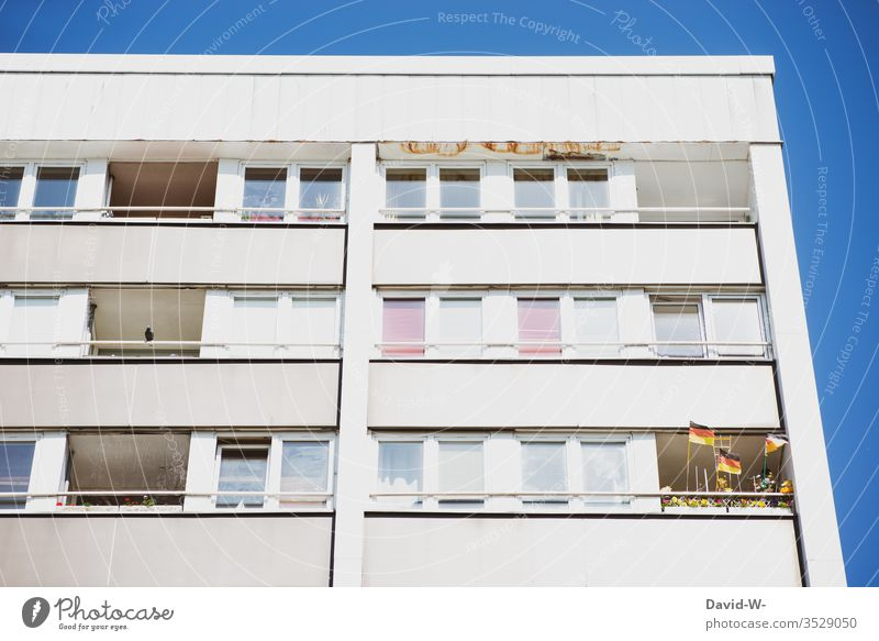 Balkon - ein Patriot vorhanden - Deutschlandfahnen Flagge Fahne Deutsche Flagge Patriotismus patriotisch Fußball Fenster Armut wehen Wind Textfreiraum oben