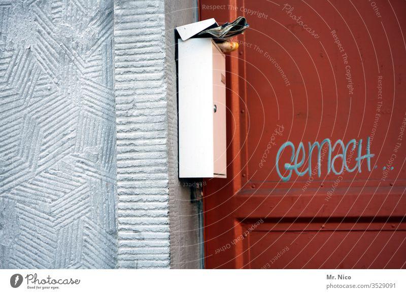 Gemach , gemach ! Briefkasten Post Tür Haus Werbeprospekte Werbung Prospekt Kommunizieren Stadt Eingangstür Wand Mauer Häusliches Leben Tageszeitung Zeitung