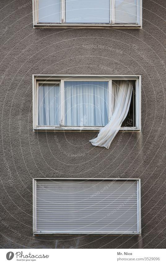 Wohnung lüften Wohnhochhaus Fenster Gardine wehen Mehrfamilienhaus Häusliches Leben Haus Gebäude Fensterscheibe Rollo Stadt geschlossen offen Wohnhaus Stadthaus