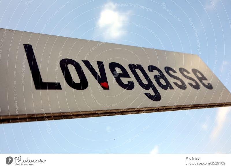 Straße der Liebe Love Schilder & Markierungen Straßennamenschild Wolken Himmel blau Schriftzeichen Typographie Gasse liebevoll Liebeserklärung Liebesbekundung