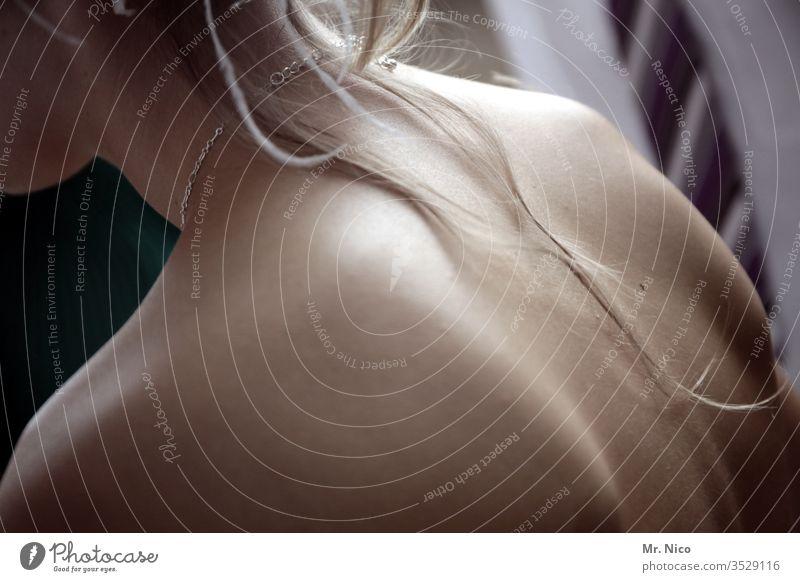 Ein schöner Rücken.. Nacken Haare & Frisuren Haut Haarsträhne feminin Rückansicht Halskette blond langhaarig Erotik natürlich nackt ästhetisch Wohlgefühl