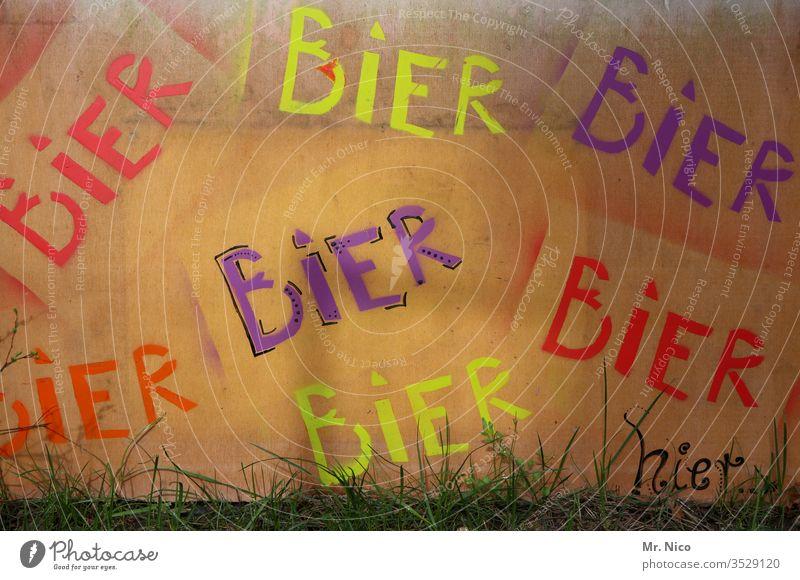 Bier Bier Bier Alkohol Getränk Schriftzeichen Plakat Werbung grafitti Wand trinken Sucht Alkoholsucht Alkoholisiert Schilder & Markierungen Hinweisschild
