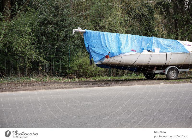 Bootsanhänger Anhänger eingepackt verpackt Abdeckung Parkplatz Segelboot Wege & Pfade Plane Verkehr parken Straße Straßenrand Asphalt Abstellplatz